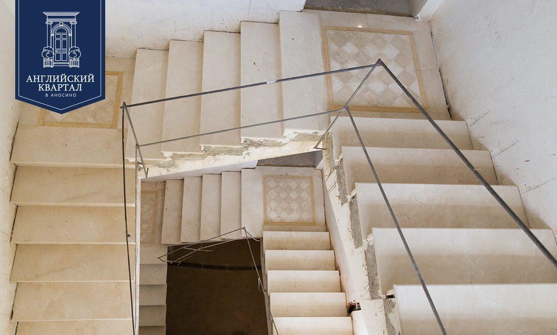 "Мраморная лестница в проекте ""Дом 100"""