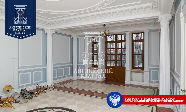 Большой зал с лепниной и колоннами в доме 100