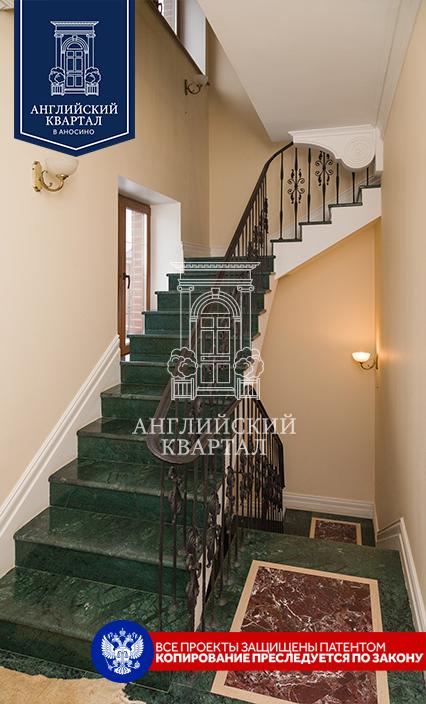 Мраморная лестница в доме №68